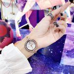 Swarovski Lovely Mặt Tròn Viền Đá Chạy Dây Kim Loại 5453651